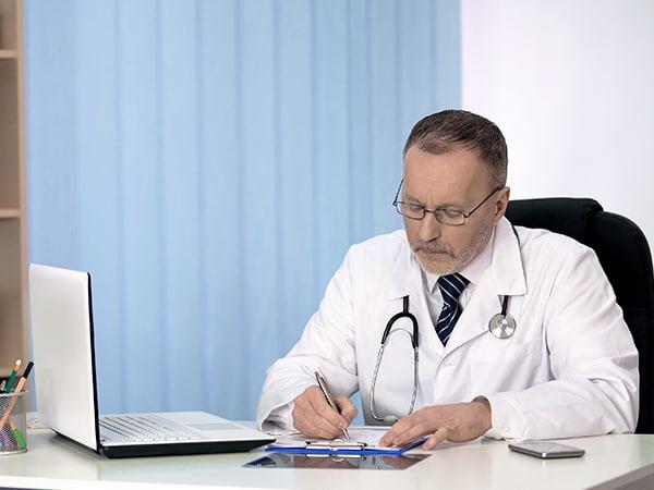 Кто оказывает помощь зависимым в нашей клинике в Москве